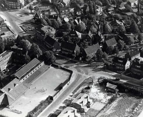 Bron: Rijckheyy.nl | Luchtopname van de Broederschool aan het kruispunt Bergstraat, kerkraderweg (1962)