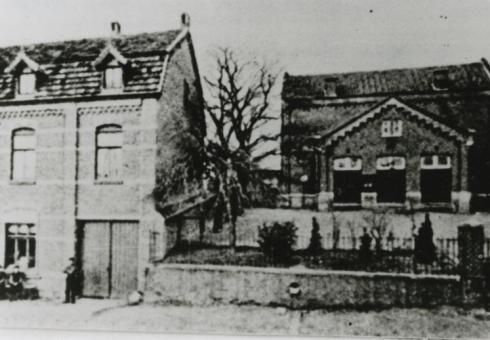 Bron: Rijckheyt.nl | Dorpstraat. Links De Vogelstang, rechts het gemeentehuis annex schoolgebouw.