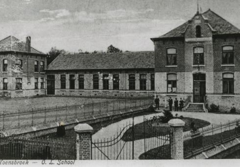 Bron: Rijckheyt.nl | Gemeentehuis en lagere school.