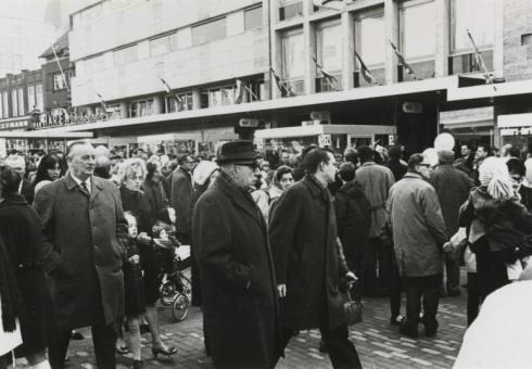Bron: Rijckheyt.nl | Feestelijke opening van de Promenade. Op de voorgrond in het midden burgemeester F.Gijzels. Links (de man met de handen in de jaszakken) iswethouder de Kruijf.