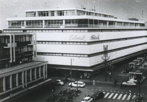 Bron: Rijckheyt.nl    Winkelpand van de firma Schunck. Voor het gebouw links de Honigmanstraat (1972)