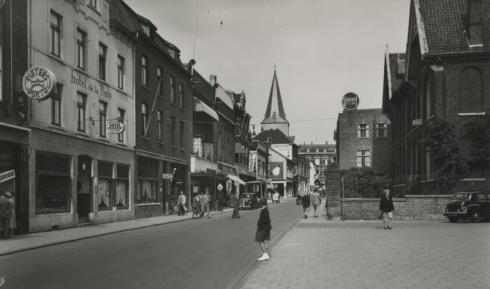 Bron: Rijckheyt.nl | Links Hotel de la Poste. Op de achtergrond de St.Pancratiuskerk en Huis Canter (1953)