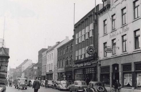 Bron: Rijckheyt.nl | Geleenstraat. Van rechts naar links: hotel de la Poste, kledingmagazijn Pieters-Dortu, bakkerswinkel Th.Crijns-Dreessen, en kantoorboekhandel Van Hooren.
