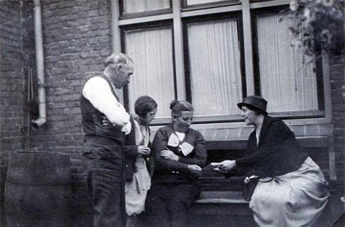 Bron: Collectie Tonny Friedrichs-Verhelst. | Mia met haar ouders en mevrouw Cohnen (van fotoatelier Cohnen in Heerlen) bij haar ouderlijk huis in de Nobelstraat.