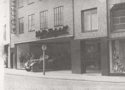 Bron: Rickheyt.nl | Duitse auto in de hal van kledingmagazijn Wolf & Hertzdahl tijdens de inval op 10 mei 1940.