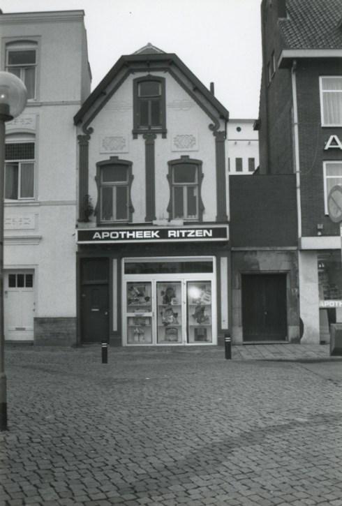 Bron: Rijckheyt.nl | Apotheek Ritzen. Rechts de ingang naar de oude synagoge.