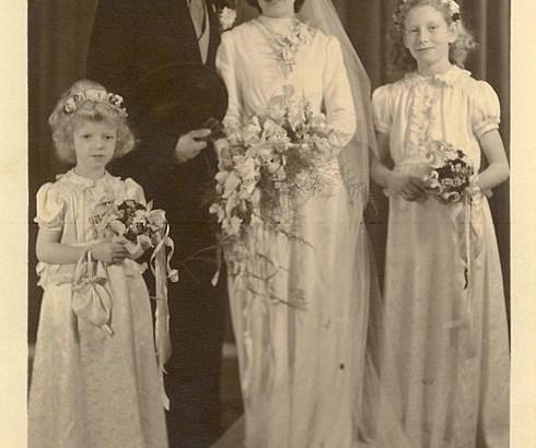 Bron: Privécollectie | Huwelijk van Mia en Giel Verhelst met de bruidsmeisjes Aline van Loo en Fieny van Loo.