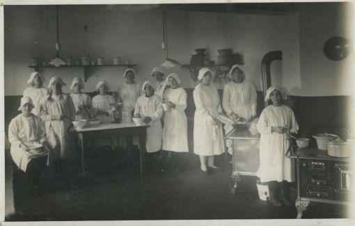 Bron: Rijckheyt.nl | Leerlingen van een huishoudschool in Heerlen (1926).