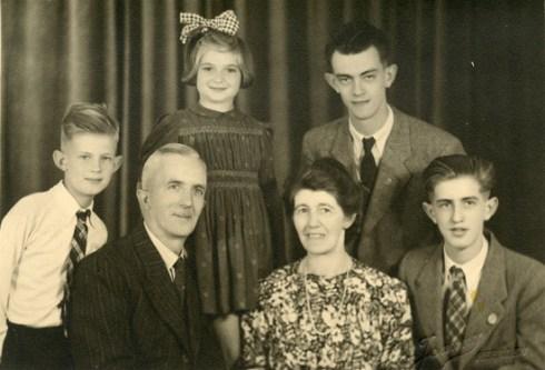 Bron: privecollectie | Familie de Vries samen met Betty Franschman, het Joods onder gedoken meisje. De oudste zoon is Hans die ook nog dient bij de Zwarte Panters en later bij de NAM gaat werken. De jongste is Ru die later kunstschilder, beeldhouwer (o.m. bij St.Gerlach) en jaren de cartoon maakt in het Limburgs Dagblad. De middelste ben ik. Ik heb psychologie gedaan aan de VU en ben nog quizmaster geweest bij de Tros (Alles of Niets) Mijn vader was machinist bij de NS, mijn moeder was voor haar huwelijk secretaresse op het stadhuis van Coevorden.