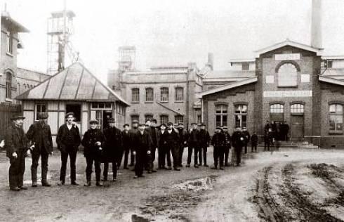 Bron: Wereldoorlog1418.nl   Fris gewassen verlaten mijnwerkers in 1914 na afloop van hun dienst de mijn  (hier de Oranje Nassau I bij Heerlen). Enkele jaren later zouden mijnwerkers  onder dreiging met staking hogere rantsoenen zeep (en levensmiddelen) weten af te dwingen.