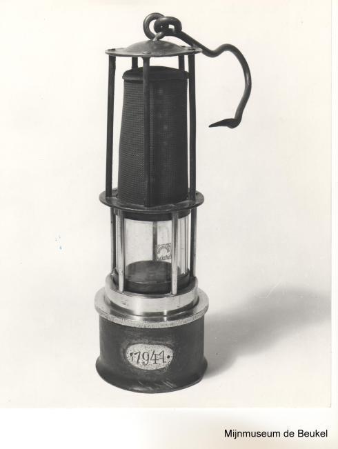 """Bron: Mijnmuseum """"De Beukel""""   Moderne Davy mijnlamp (benzine lamp)"""