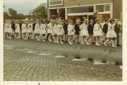 Communie 1968, op de Heerlerbaan ('rijksweg') op weg naar de kerk, met de auteur van dit artikel als 7e van rechts en links nog een stukje van het toenmalige Sterrehuis | Bron: privécollectie Peter