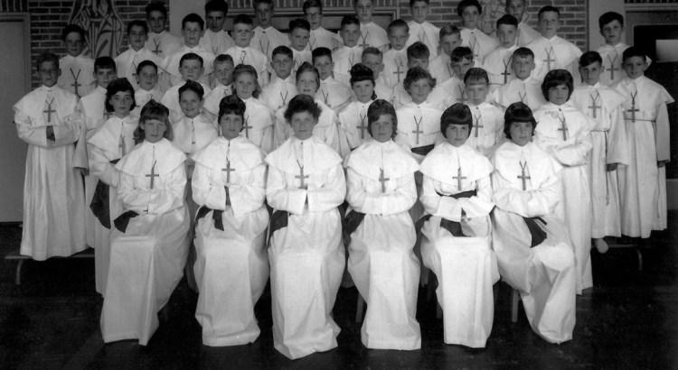 Groepsfoto met namen van leerlingen van de Pius X-jongensschool en de St.Lucia-meisjesschool uit Meezenbroek, die op 20 juli 1958 in de H. Geestparochie te Meezenbroek de Plechtige Communie deden.