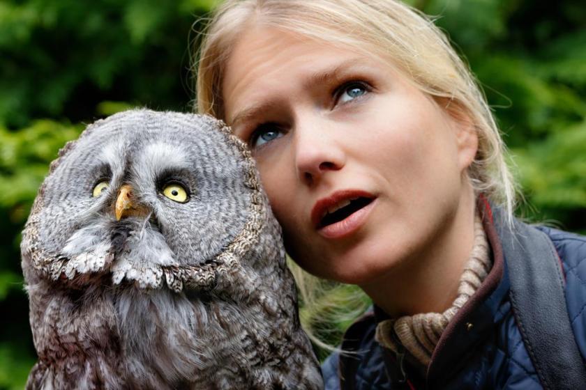 Greifvogel-Expertin Sylvia Urbaniak mit Bartkauz (Quelle: Seifert/DJV)