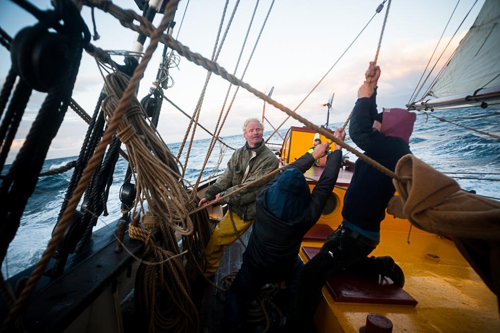 Ruurd, le second Maste, aide l'équipage à faire tomber les voiles afin de réduire la voilure du navire.