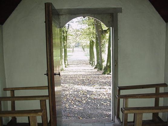Uitzicht van binnen naar buiten (door de deur)