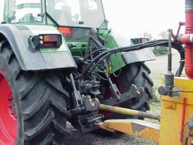 De aandrijving van de mesttank en zodebemester gaat via de traktor.