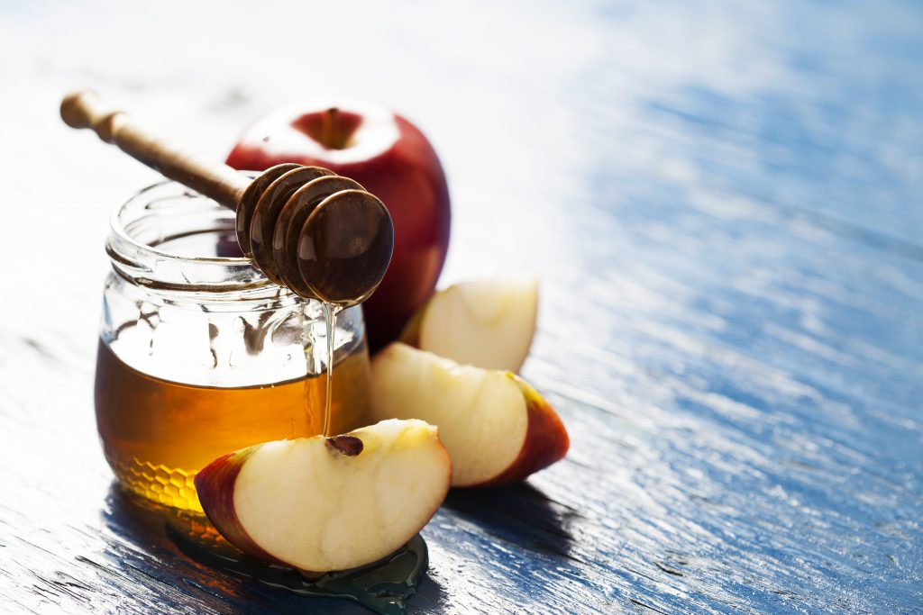 Aus einem sauren Apfel und etwas Honig lässt sich schnell eine wirkungsvolle Maske herstellen. (Bild: N.Van Doninck/fotolia.com)