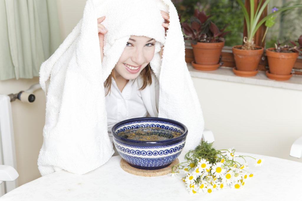 Durch ein Kamille-Dampfbad wird die Haut porentief gereinigt und auf sanfte Art beruhigt. (Bild: drubig-photo/fotolia.com)
