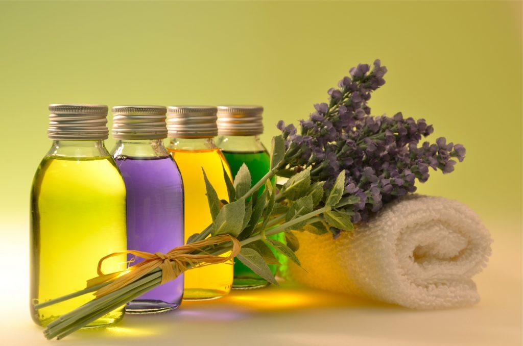 Ein Bein-Wickel mit ätherischen Ölen (wie z.B. Lavendelöl) kann sehr wirkungsvoll bei dauerhaft erweiterten Venen sein. (Bild: anoli/fotolia.com)