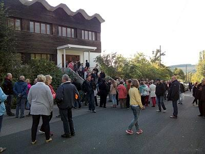 Vor der Turnhalle der F+U kurz vor der Bürgerversammlung der Landesdirektion in Einsiedel