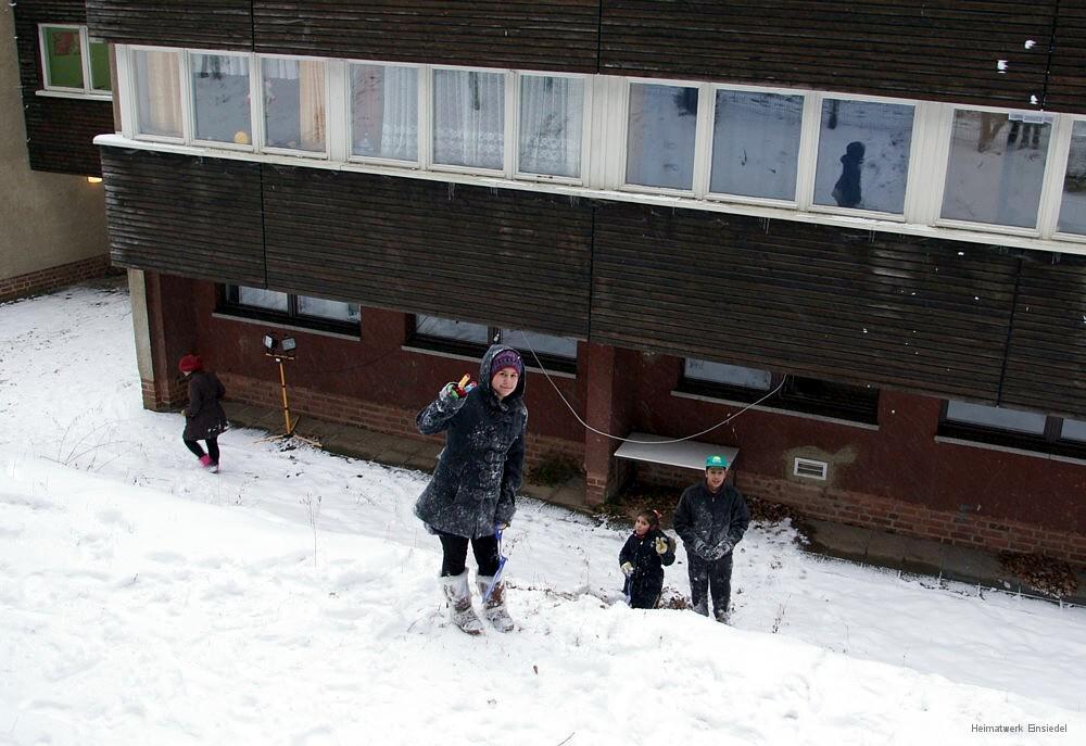 Kinder vor Haus 16 am 17.01.2016