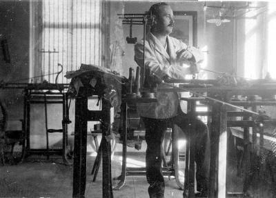 Richard Beckert in seiner Werkstatt. Die 1920er Jahre.