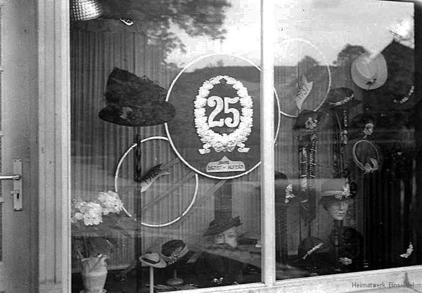 Schaufenster Putzgeschäft Lahr 1937