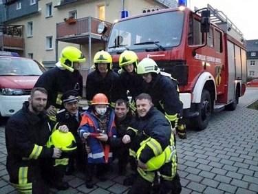 Lukas mit Kameraden der FFW Einsiedel