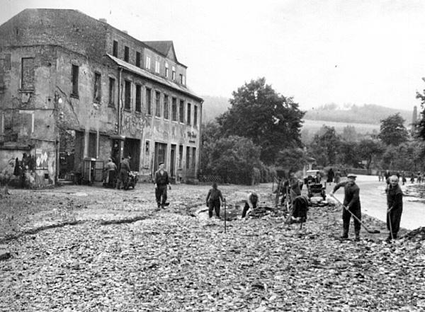 Einsiedel Juli 1954. Aufräumen nach dem Hochwasser.