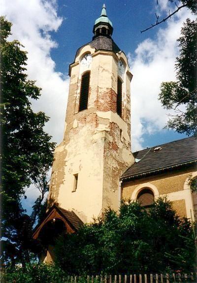 Beschädigter Außenputz an der Berbisdorfer Kirche.