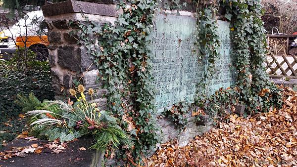 Spärlicher Schmuck am Kriegerdenkmal Berbisdorf 2015