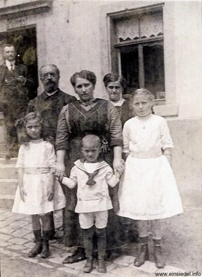 Wirtsfamilie um 1918
