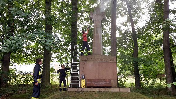 Reinigung Kriegerdenkmal Einsiedel 2016