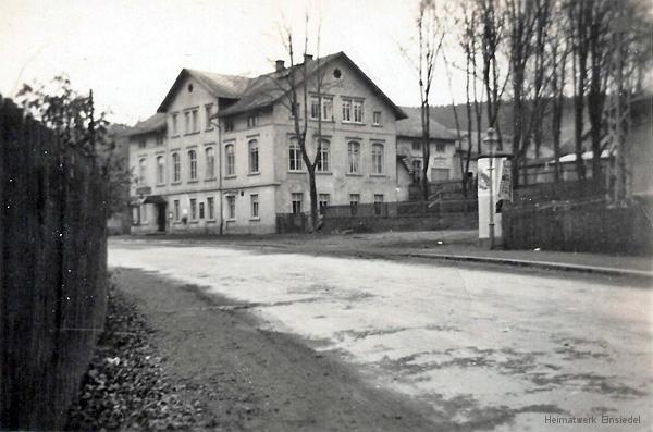 Kaiserhof Einsiedel mit umgesetzter Litfasssäule.