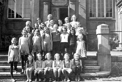 Mädchensportgruppe vor der Einsiedler Schulturnhalle 1935