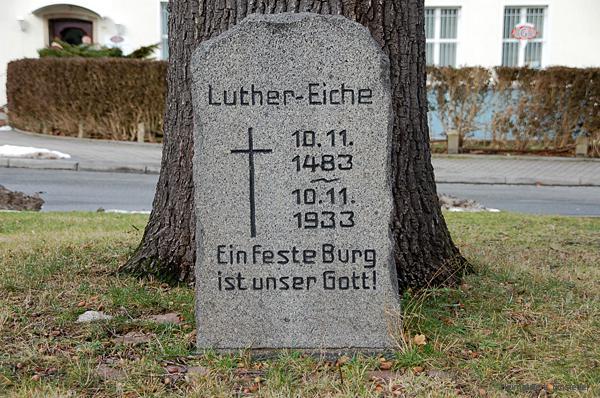 Gedenkstein vor der Luthereiche in Einsiedel