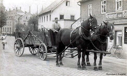 Pferdefuhrwerk vorm Restaurant zum Bahnhof in Einsiedel