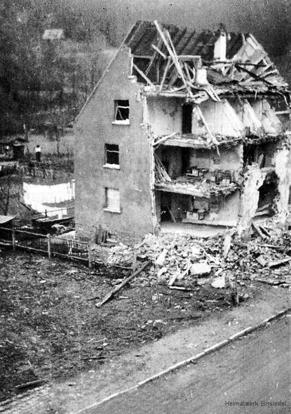 Zerstörtes Mehrfamilienhaus in der Hauptstraße 145 in Einsiedel 1945 (Ansicht Nord)