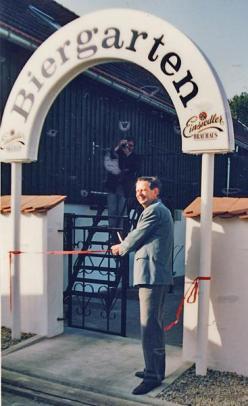 Der Einsiedler Bürgermeister Peter Ulbrich eröffnet den Biergarten der Brauerei Einsiedel 1992