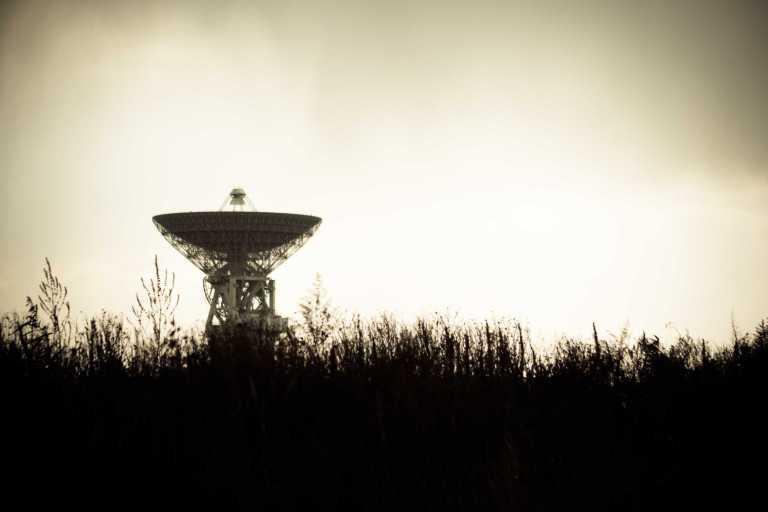Silhouette Satellitenschüssel auf Feld