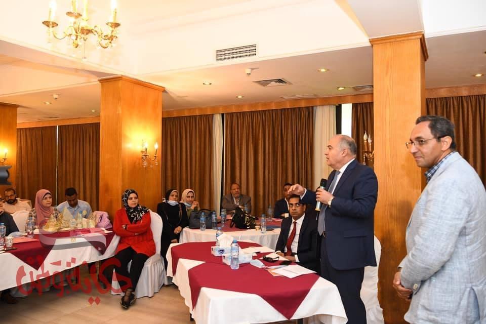 محافظ قنا يشارك في ورشة عمل حول التنمية الريفية والحضرية