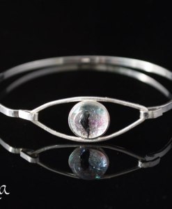 hopeinen rannekoru lasilla