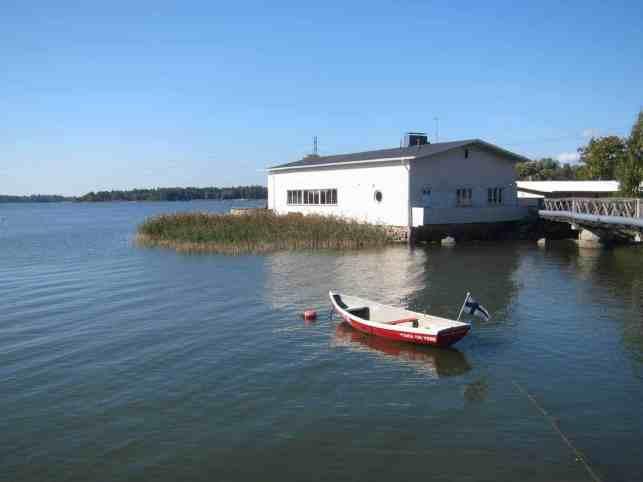 Was ich sehr praktisch finde: Hier hat jemand das Boot mit dem Hinweis beschriftet: Das ist ein Boot. Dieser hübsche Flecken Erde liegt übrigens mitten in Helsinki. Mittendrin. Hinter mir stehen Häuser, wo ganz normale Leute drin wohnen. So wie in Wilmersdorf oder so.