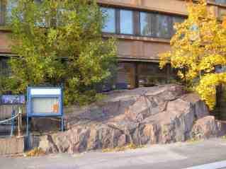 Was ich ganz, ganz, ganz toll finde an Helsinki, ist, dass es überall mittendrin einfach Felsen gibt. Die Felsen liegen hier rum und sagen den Menschen: Wir waren zuerst hier, also benehmt euch gefälligst.