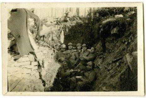 Soldats dans une tranchée (dont un jouant du violon).