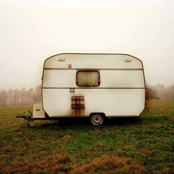 ©JASON FLORIO 'CARAVAN ENGLAND' old style caravan in the middle of a field at dawn - color