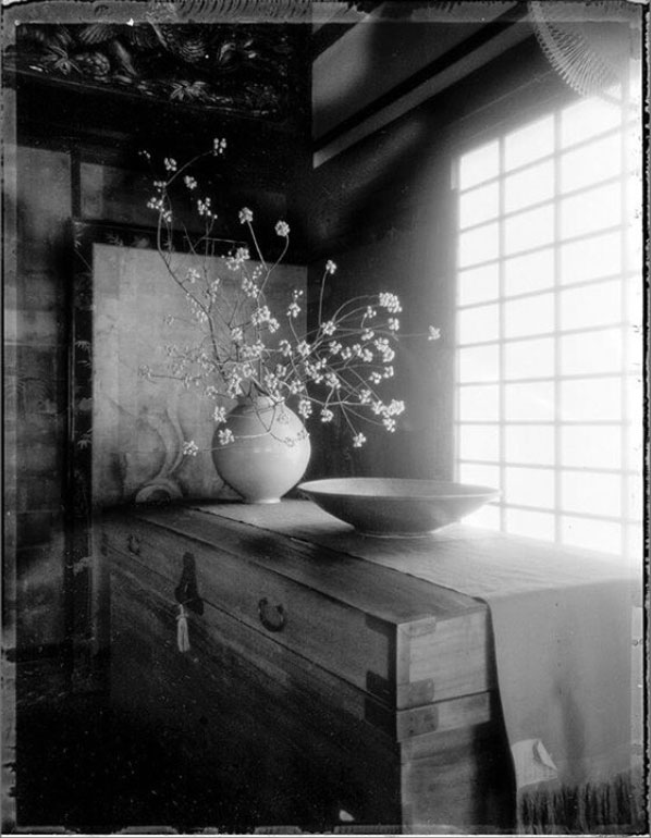 Tokusho-Ji Temple, Japan -, Small flower arrangement in Ceremony room, Kyoto, Japan ©Michel Delsol