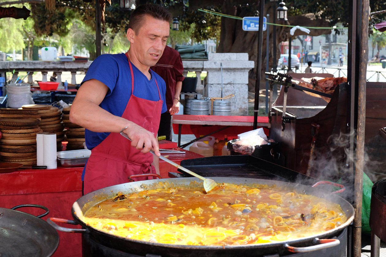 Making paella at the medieval fair