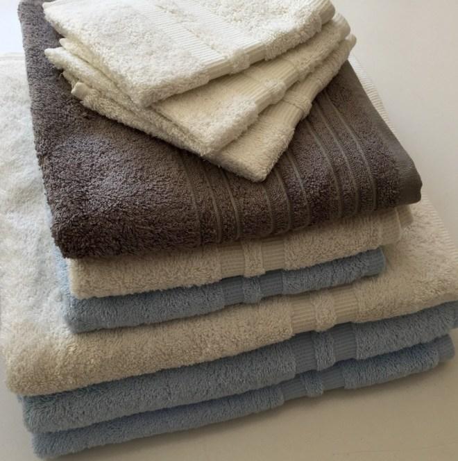 Fargevalg, blå, bomull og grå i naturlig harmoni.